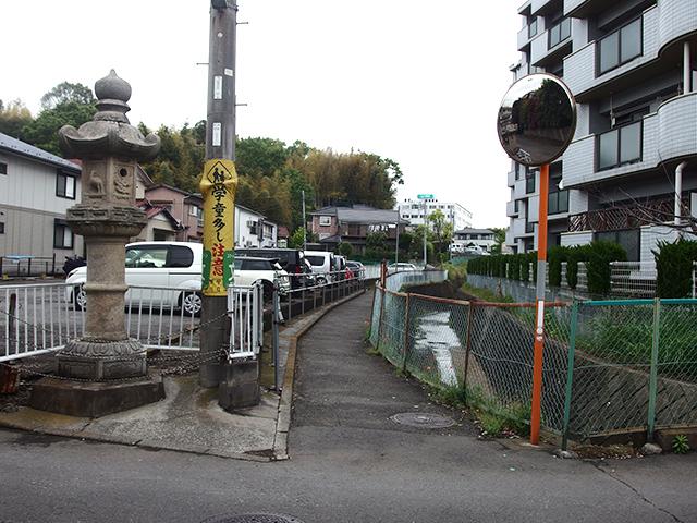 平川の大灯篭写真